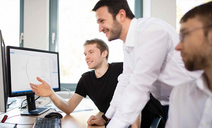 AUNOVIS Karriere Mitarbeiter am Rechner im Gespräch