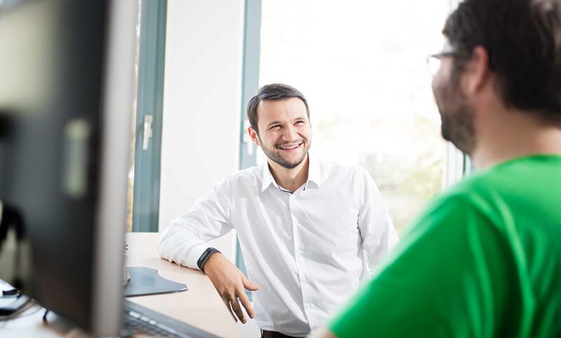 AUNOVIS Softwarelösungen Karriere Mitarbeiter lachend Bild 13