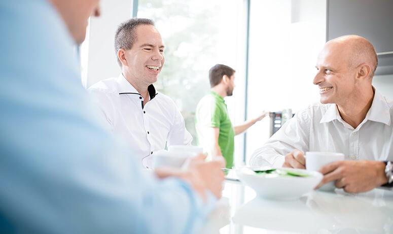 AUNOVIS Softwarelösungen Geschäftsführer Fitting Brachmaier Stierand lachend im Gespräch 2