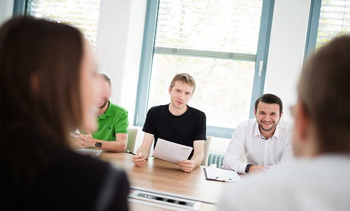 AUNOVIS Mitarbeiter in der Diskussion